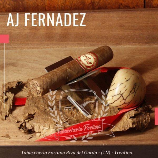 AJF Last Call. La confezione è di colore da marrone chiaro a medio. Il sigaro ha un piede ripiegato. Auto-tostatura quando lo accendi.