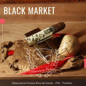 Black Market Punk è avvolto in capa candelahonduregna alternata con tabacco nicaraguense da Jalapa, capote Sumatra ecudoriano mentre il ripieno provienedaPanama e Honduras.