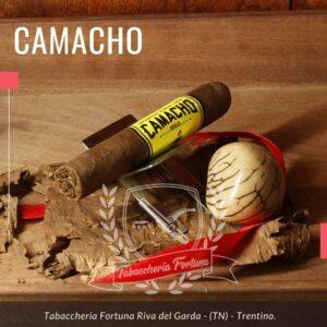 Indubbiamente il CAMACHO TUBOS non è un sigaro timido, non ha mezzi termini, tonico, maschio, notevolmente speziato