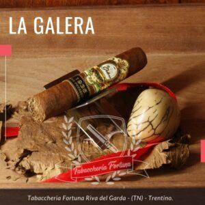 Il sigaro La Galera 1936 Box Pressed è un fumo da medio a corposo che offre ricchi sapori di tabacco, speziato ma non troppo portante, questa miscela è ben pensata e molto ben bilanciata