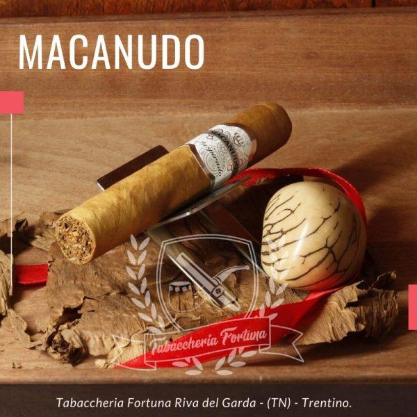 MACANUDO WHITE ROBUSTO Se pensi ancora che quello che contraddistingue il Macanudo è lo spiccato gusto al caffè, allora è il momento di riacquistarne un sigaro.