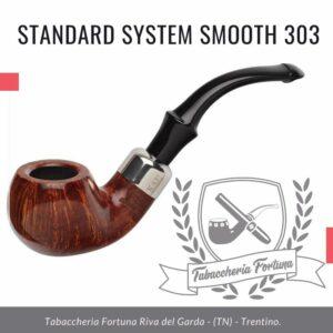 STANDARD SYSTEM SMOOTH 303 Una ciotola di mele mediamente piegata con un bocchino Peterson-Lip in stile militare e una fascia in nichel completa del marchio K&P.