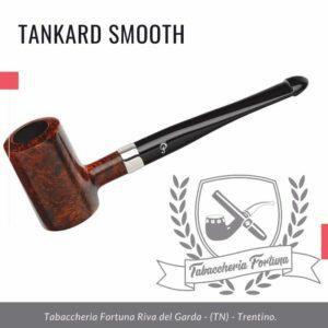 TANKARD SMOOTH - La pipa è rifinita in una tonalità marrone scuro e sottolinea lo stile classico della casa Peterson